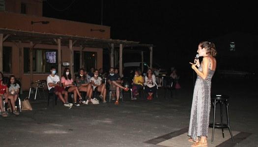 """La humorista Ana Polo concentra 70 persones a la darrera """"Nits a la fresca"""" organitzades des de l'Ajuntament."""