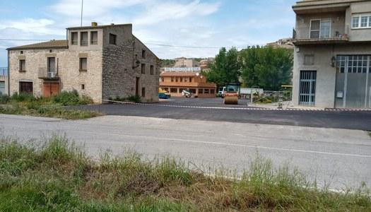 Urbanització del camí del Castell i asfalt de l'aparcament a l'entrada del nucli de Les Oluges.